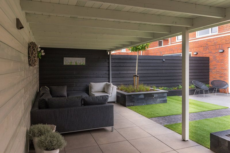 Deze schitterende luxe tuin met veranda, kunstgras en in-lite ...