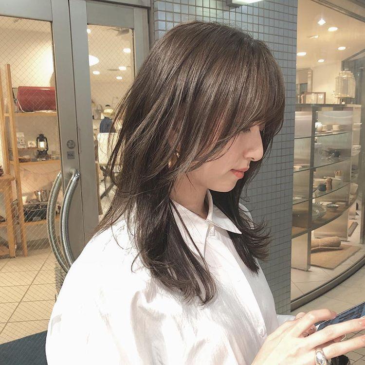 今回は顔まわりを前髪から顔まわりを繋ぐようにして 8トーンのマロングレージュにしました レイヤーカット 髪 色