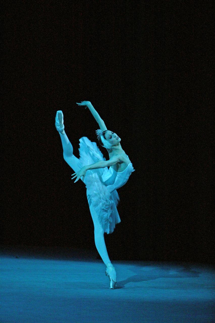 Svetlana Zakharova as Odette in Bolshoi Ballet's Swan Lake. Photo: Damir Yusupov / Bolshoi Theatre