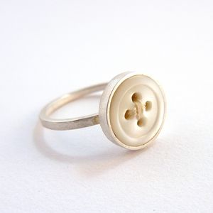 DIY: button ring. Cuteness.