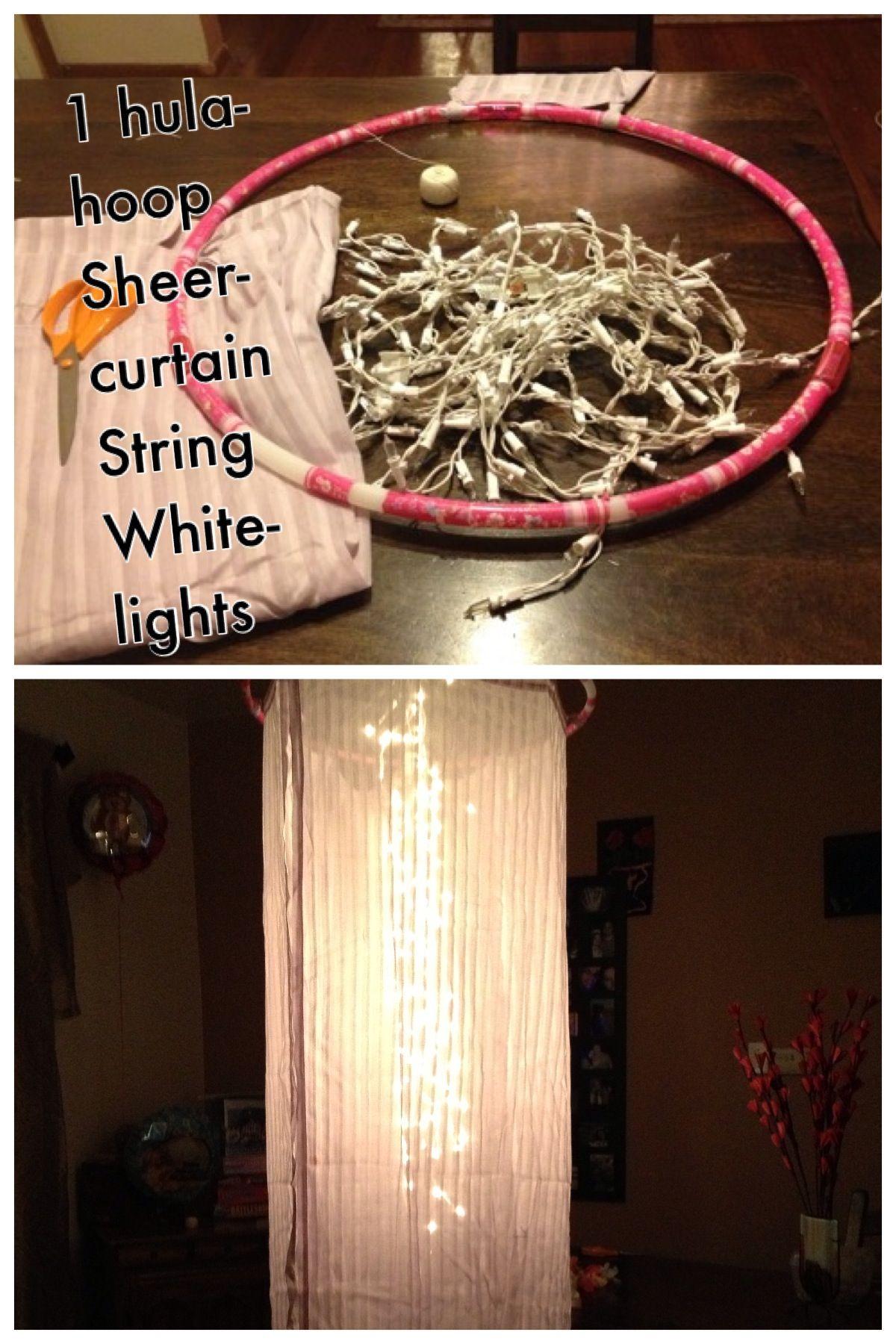 Fabrique su propia cortina luminosa con un aro y guirlandas de Navidad.