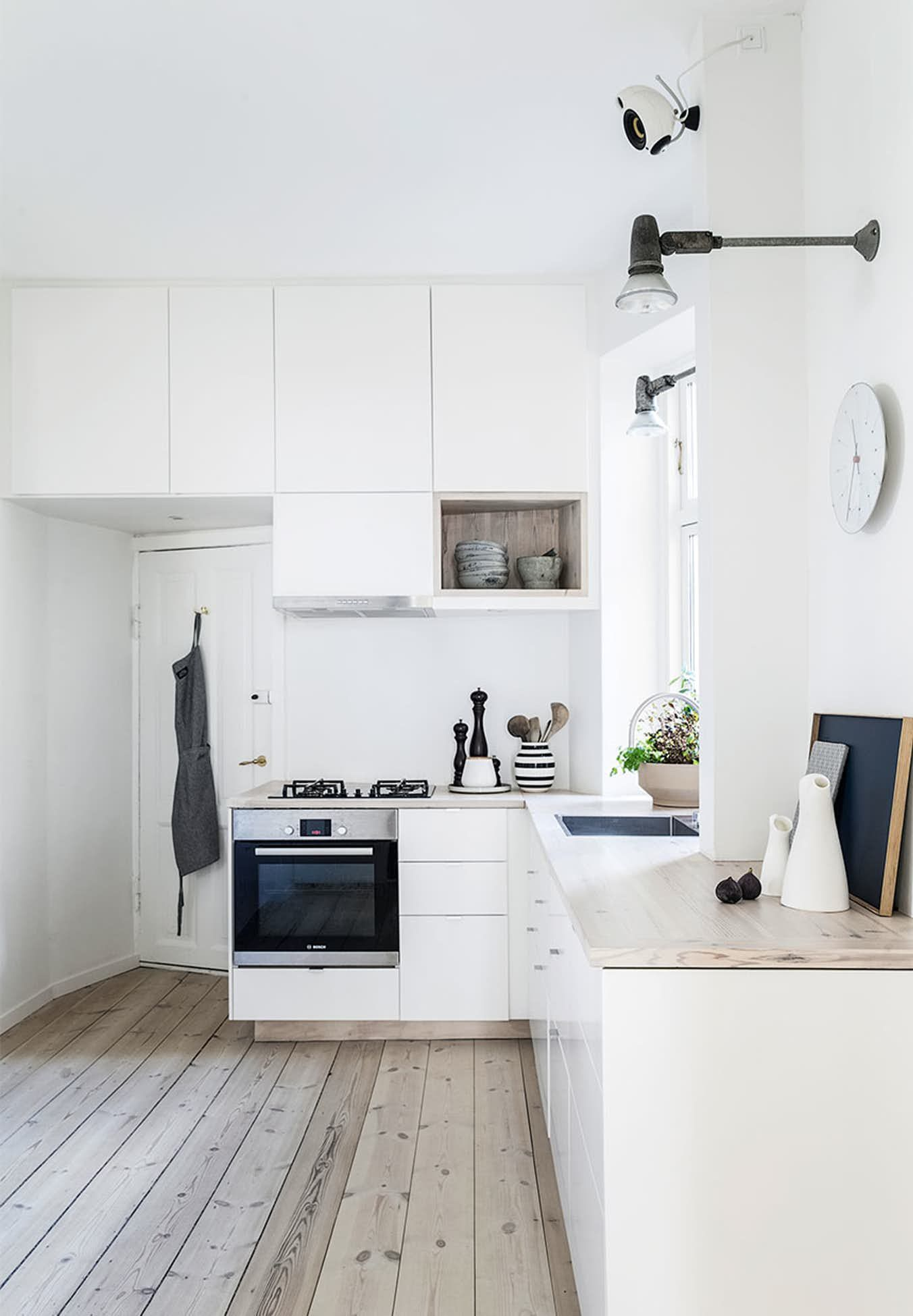 Fra skrællet 80\'er-look til smuk, klassisk lejlighed | Küche ...