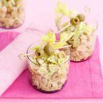 Le farfalline al pesto di sedano con scalogni, prosciutto cotto e olive sono un'idea veloce e fresca: scopri come cucinarle con la ricetta di Sale&Pepe.