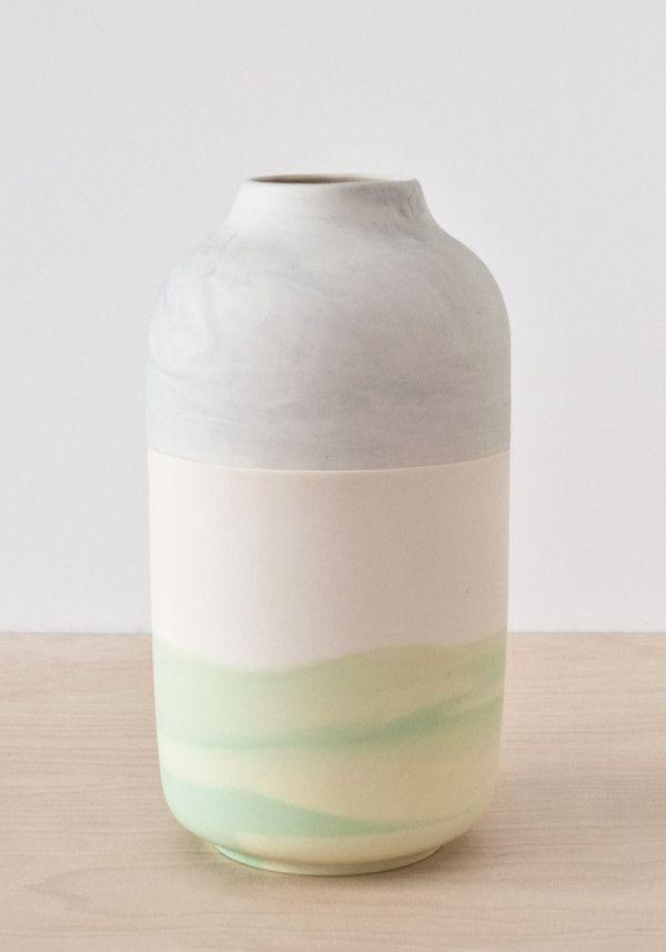 O estúdio de design Rimma Tchilingarian criou uma coleção de vasos tão minimalista que o design quase passa despercebido.
