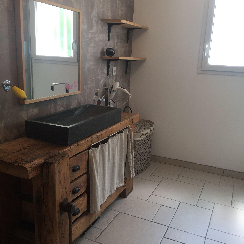 Voici notre salle de bain avec un vieux établi et son vasque en