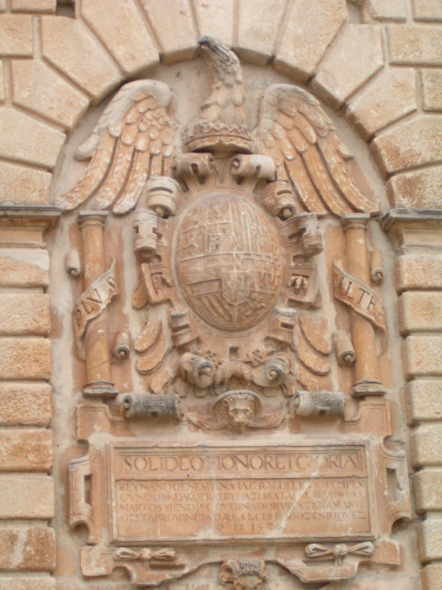detalle de la gran águila de San Juan en el centro del frontal del pilar con el escudo heráldico