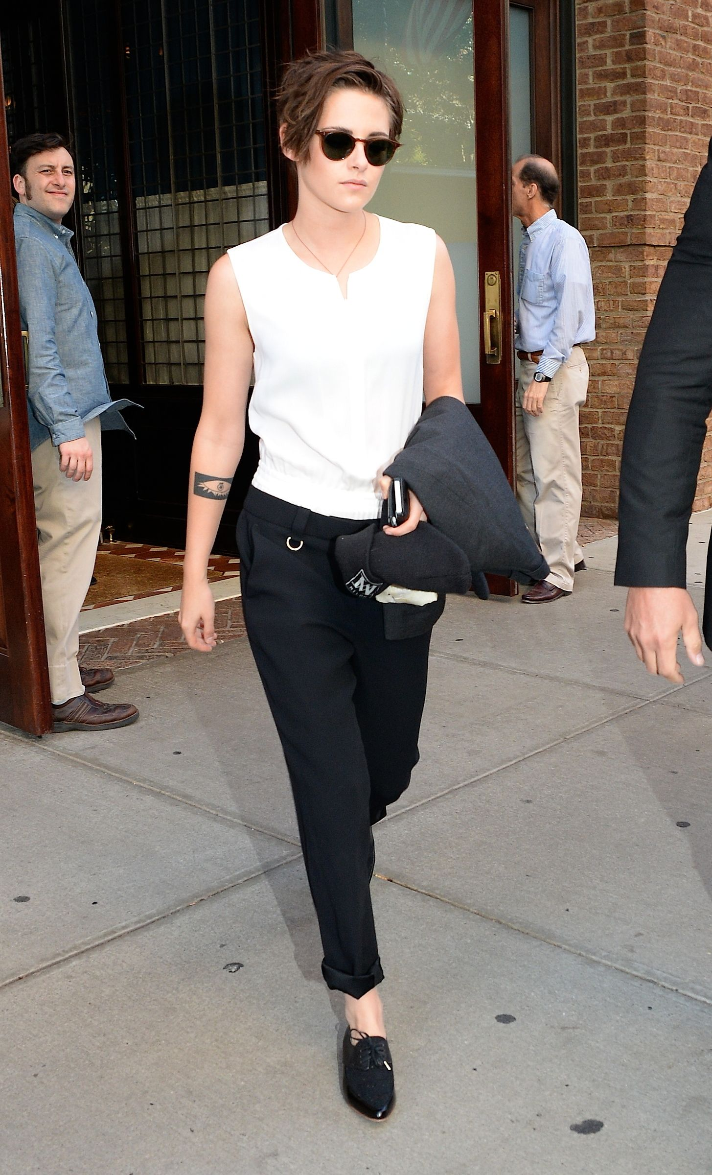 Pin By Anis Sofia On Outfit Nice Ligth Androgynous Look Kristen Stewart Short Hair Androgynous Fashion