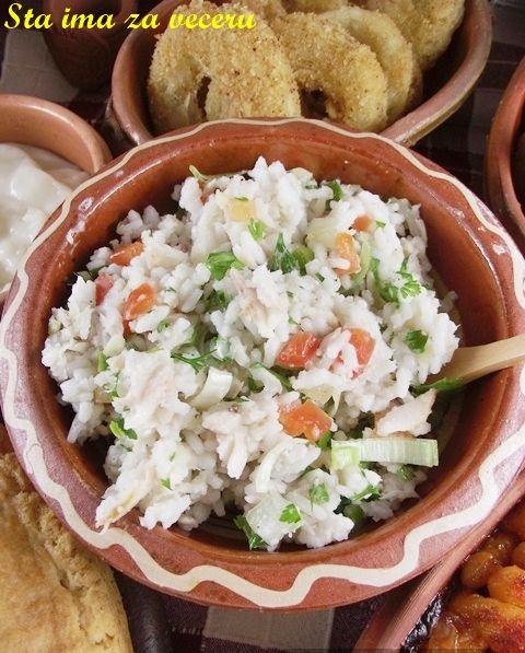 Salata od pirinča i dimljene pastrmke