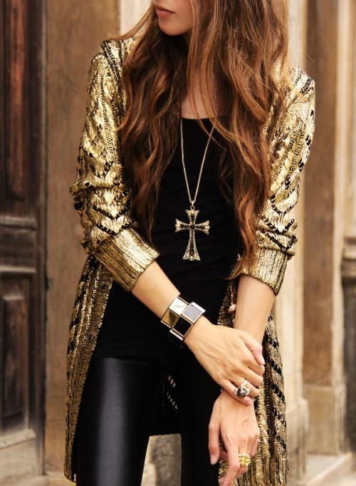 Outfit de sabado en la noche  pantalones en piel y top en negro + edgy  cardigan en oro metálico. 6fe06904259e