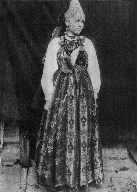 Молодая женщина в праздничном костюме. Уфимская губ. 1911 ...