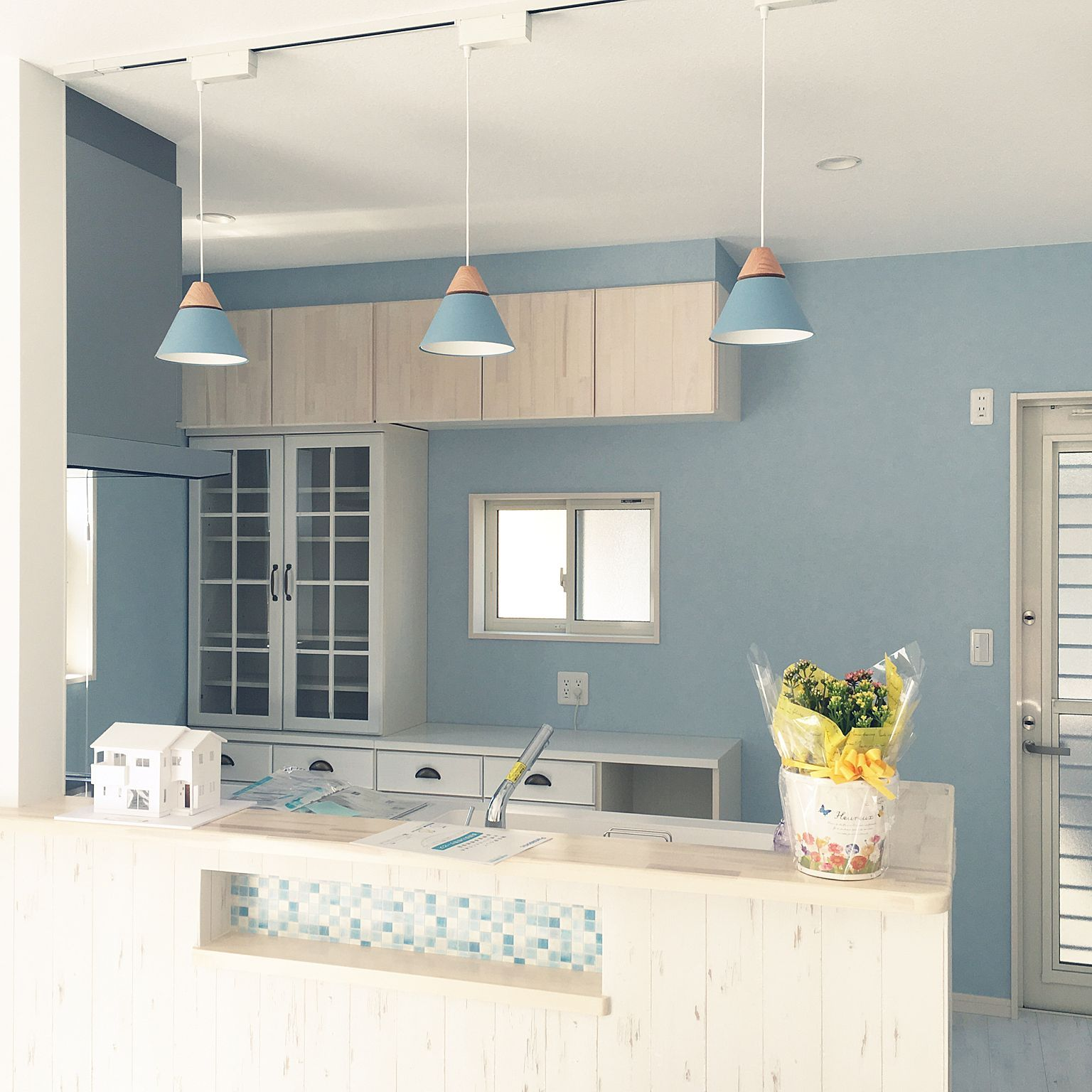 キッチン ブルーグレーの壁 ブルー系 サンゲツ壁紙 北欧 などの