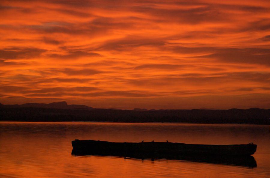 Stunning Sunset Captured From The Salt Lakes In Torrevieja Spain España In The Foreground Is One The Boat They Use To Torrevieja Puestas De Sol Lagunas