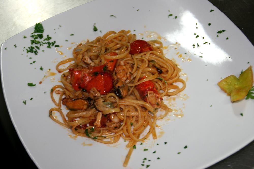 Linguine Ai Ricci Astice Cozze E Calamari Delizioso Primo Piatto