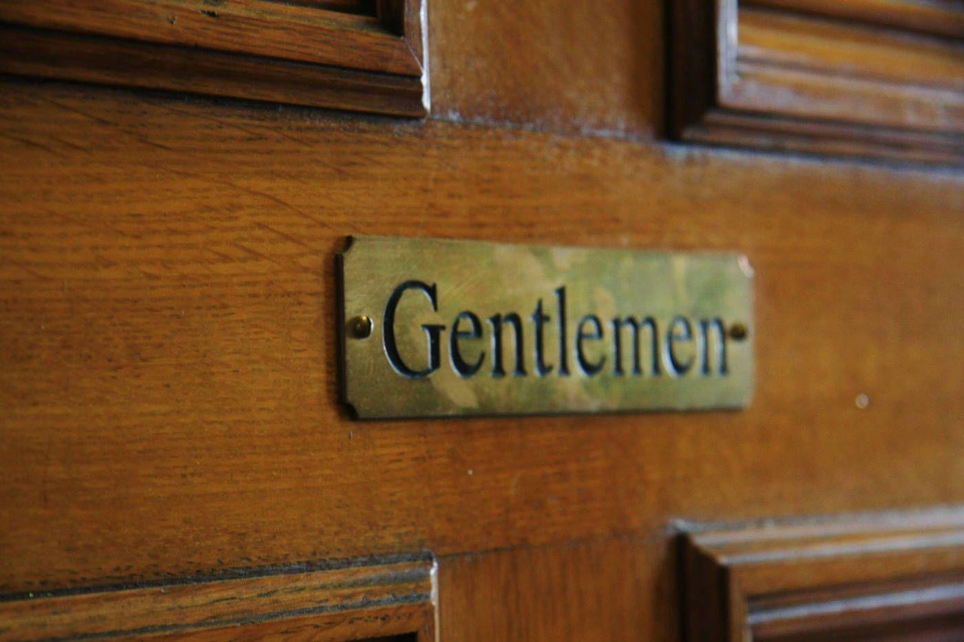 """Čoraz častejšie sa zo ženských úst ozýva stará známa fráza: """" Všetci gentlemani už zrejme vymreli. Dnes už nenájdem chlapa, ktorý sa vie správať…."""" Ženy sú jemné acitlivé stvorenia apokiaľ sa knim muž nedokáže správať súctou aobdivom, cítia sa nedocenené atakisto aj sklamané. Tento článok nie je určený len pre mužov, ktorí sú single achcú …"""
