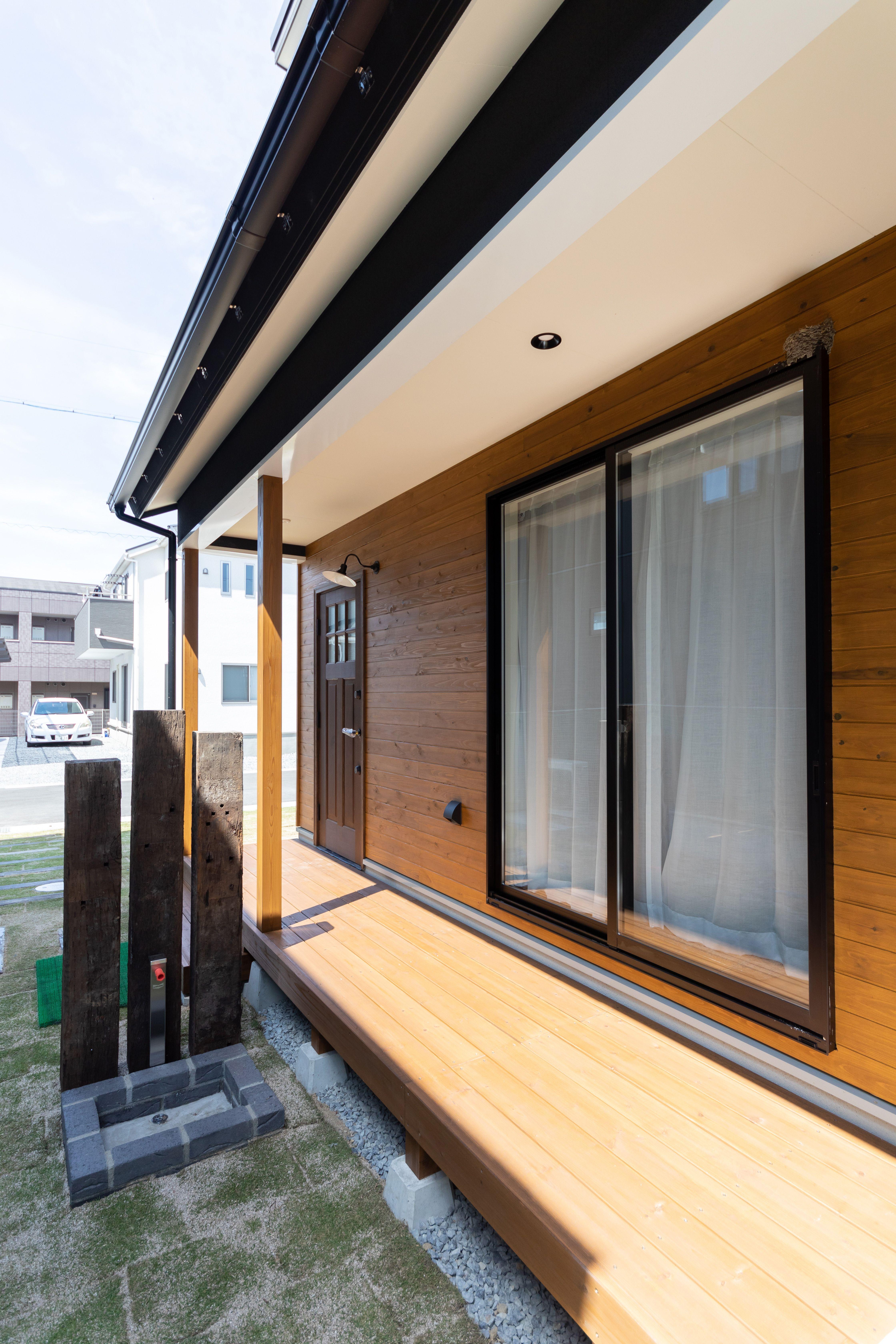 リビングの窓からもアクセスできるカバードポーチは 普段は縁側的に