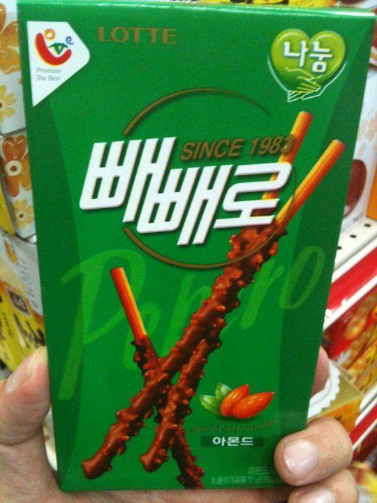 """กูลิโกะกล่องเขียว ยี่ห้อลอตเต้   (ความจริง """"ลอตเต้"""" ของเกาหลี แต่พวกเราจะเข้าใจผิดมาตลอด ว่าลอตเต้ เป็นของญี่ปุ่น ต้องทำความเข้าใจกันใหม่นะครับ)     กูลิโกะที่ว่า อัลม่อนเยอะเสียจนนึกว่ากินอัลม่อนแท่ง กูลิโกะ 1 กล่องใหญ่ ข้างในมี 8 กล่องเล็ก ทั้งหมดมัน 6 พันวอน เงินไทยไม่ถึง 180 บาท กล่องเล็ก 1 อันตก 20 บาท  ราคาถูก ซ้ำยังอร่อยอีกด้วย"""