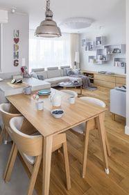Stół i krzesłami w jadalni są dobrane do koloru podłogi