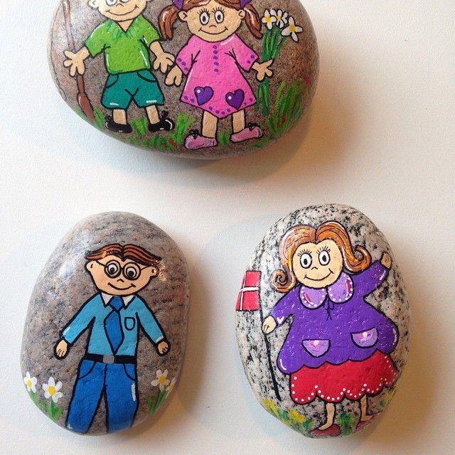 """Er ved at lave en pose """"fortæller sten"""" til datterens børnehave...her en lille familie..  #hygge #afslapning #kreativitet #malersten #maledesten #stoneart #paintedstones #loveit"""