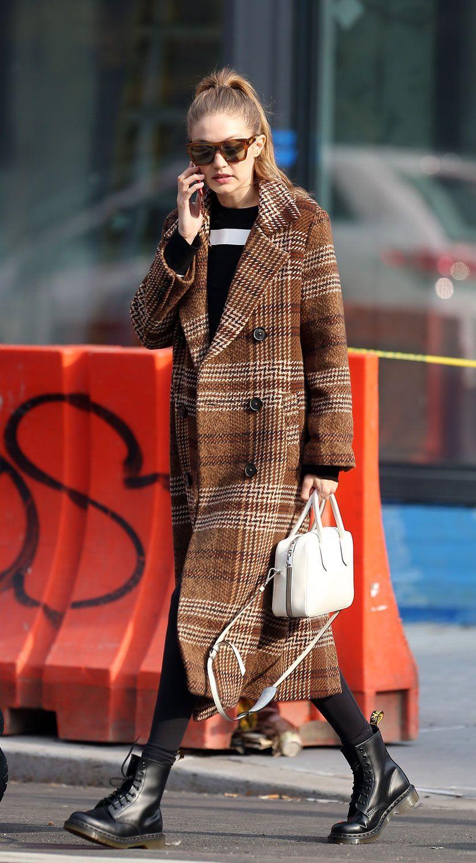 Gigi Hadid con il cappotto di Mango a NY ti mostra come abbinare i cappotti a quadri questo inverno