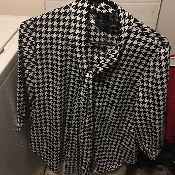 Karashian kollection black and white top Black and white design silky dress top with 3/4 sleeves and tie neck Kardashian Kollection Tops Blouses