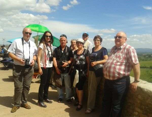 "Tour Guide Siena su Twitter: ""Groupe da la #champagne en visite a' #sangimignano #toscane #tuscany https://t.co/DJef9SHuXQ"""