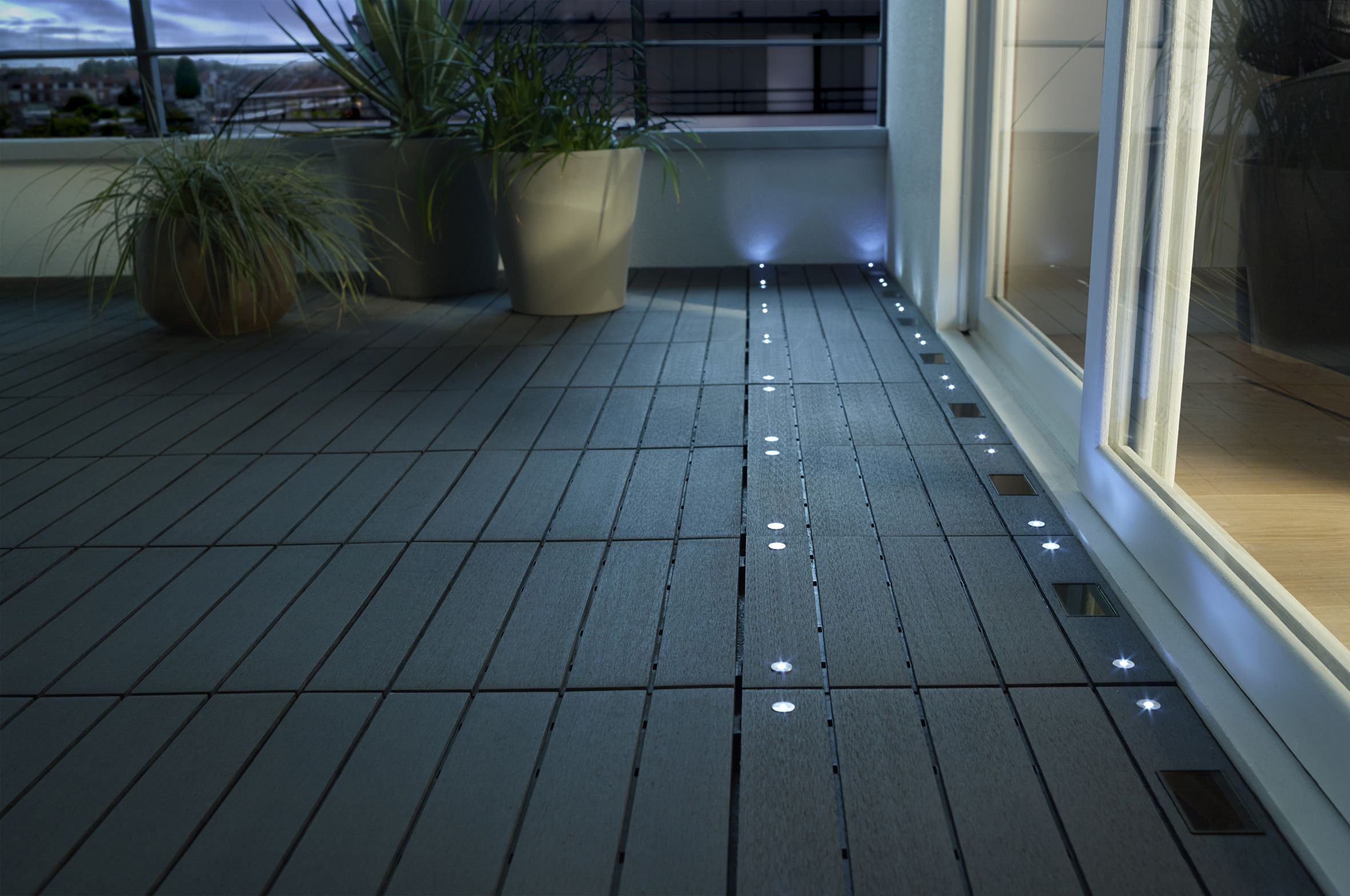Dalle blooma emboitable en composite avec led castorama for Luminaire terrasse bois