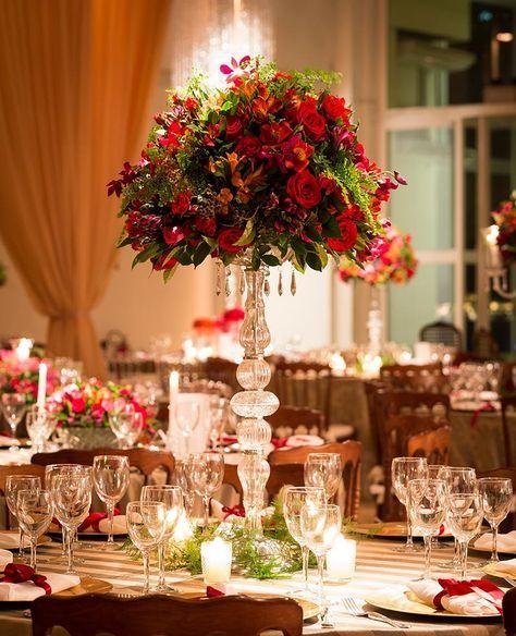 arranjo alto de flores vermelhas e folhagem para casamento Madame Fiori