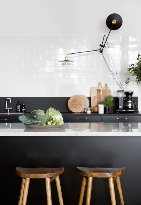 Une cuisine en noir et blanc Interiors, Kitchens and Modern interiors