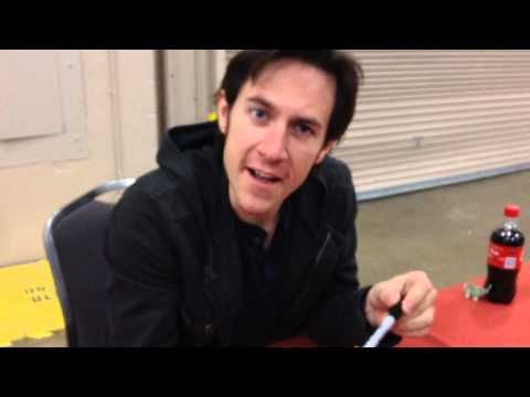 I'm dying!!!! BEST VIDEO EVER.. I love Levi's actor XD