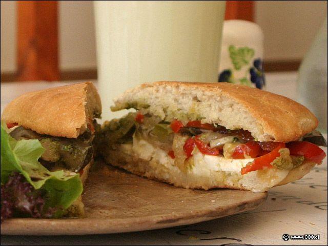 Sandwich de queso de cabra con verduras salteadas