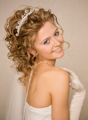 One Way To Get A Romantic Updo Look That Shows Off The Length Is To Pull Up The Sides And Allow The Back T Medium Hair Styles Hair Styles 2014 Bride Hairstyles