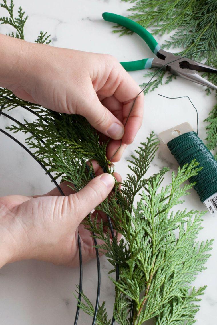 Palline Di Natale Con Rametti una base di plastica per creare un festone natalizio con