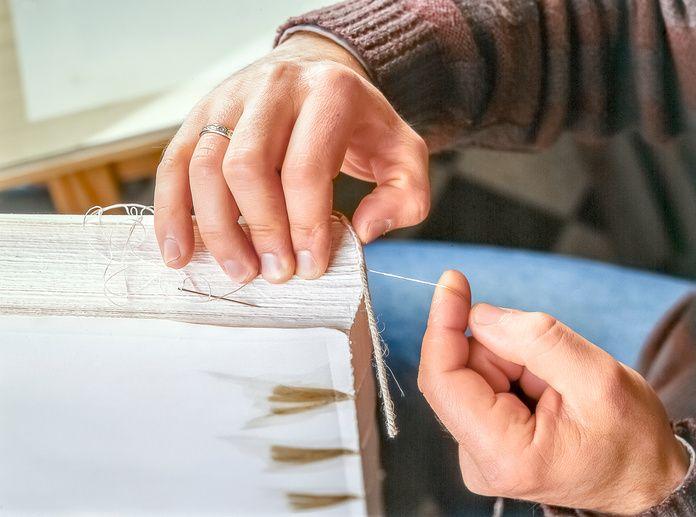 世界で1冊だけの特別な本を手作りしてみませんか?紙1枚あれば、簡単な本なら作ることができます。話題の豆本も、無線綴じや糸かがり綴じの後で表紙をつければ、本格的な仕上がりに。折り紙で作る豆本もかわいくてとってもおすすめです。