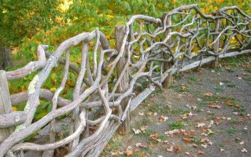 Wunderschoner Filigraner Zierzaun Aus Asten Im Garten