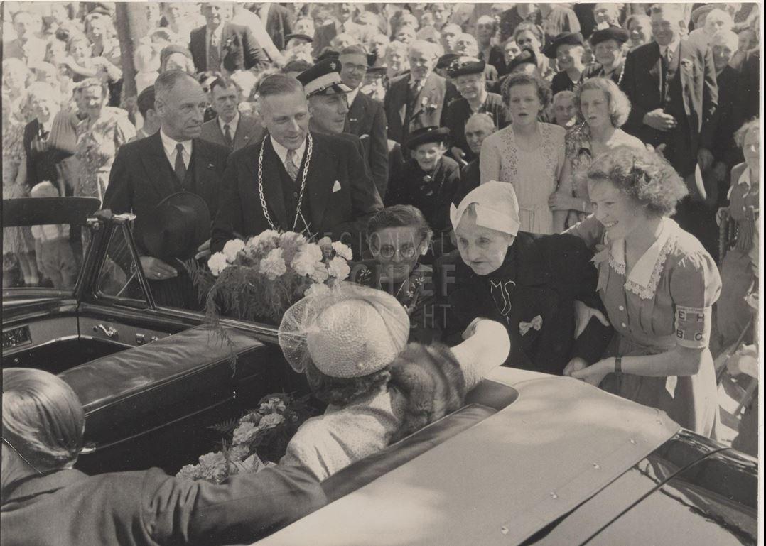 Bezoek van koningin Juliana en Prins Bernhard aan de Alblasserwaard. Op de foto; Burgemeester C.G. van Dobbe-de Bruin. In klederdracht Pietertje Klein naast haar links Arigje Verwolf en rechts Nel Sprong. 1951 #ZuidHolland #Alblasserwaard