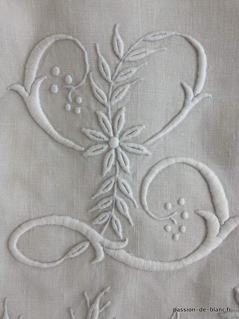 Linge ancien de lit > Draps, Taies... > LINGE ANCIEN / Grand drap festonné avec fils tirés et somptueux monogramme LA brodé sur toile de lin - Linge ancien - Passion-de-Blanc - Textiles anciens