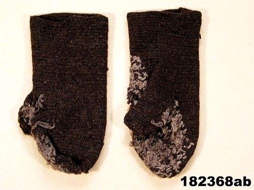 Nalbound mittens (man's mittens), Långtora, Sweden. Estimated time of use 1880-1920. Length 26 cm.