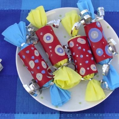 party favors in a decorated toilet paper roll - I think I can do something with this for Christmas this year...