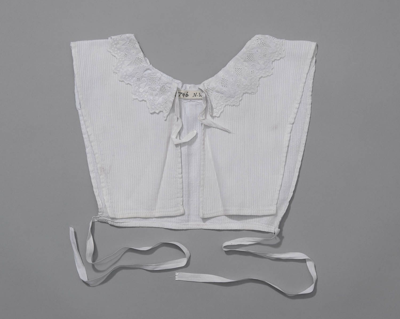 chemiset, Noord-Veluwe Chemiset van katoen met ingeweven streep (dimet?) en kraagje van broderie anglaise. #Gelderland #Veluwe #nieuwedracht