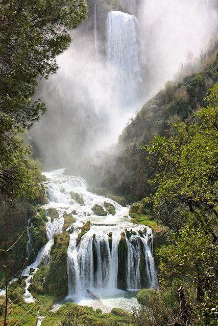 De door de Romeinen aangelegde Marmore Falls in Umbrië, Italië | www.regioneumbria.eu