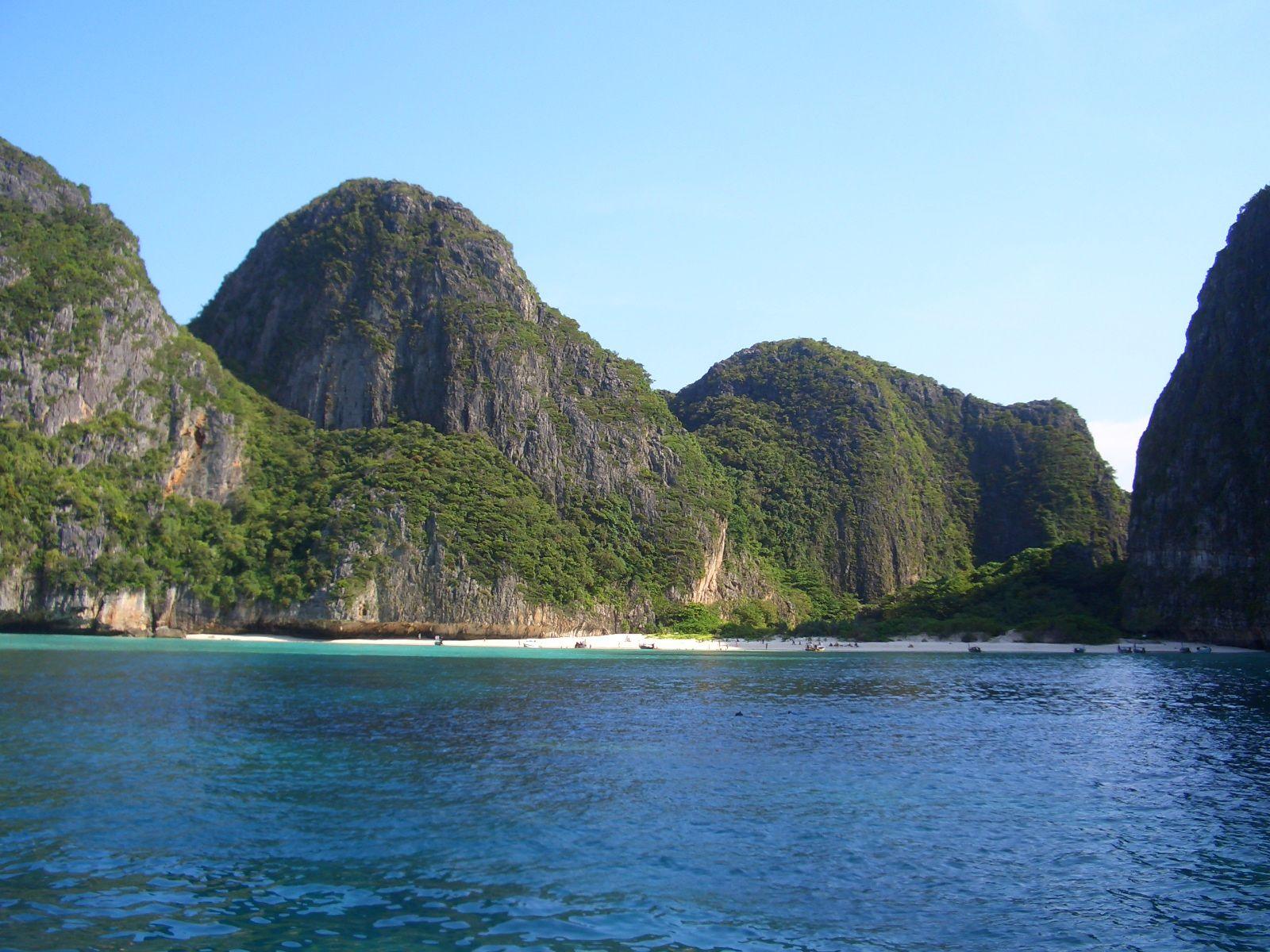 """Hat Maya Beach (Ko Phi Phi, Tailandia) es la playa """"paridisiaca"""" que aperece en la película """"La playa""""...no te dejes engañar por sus aguas cristalinas"""