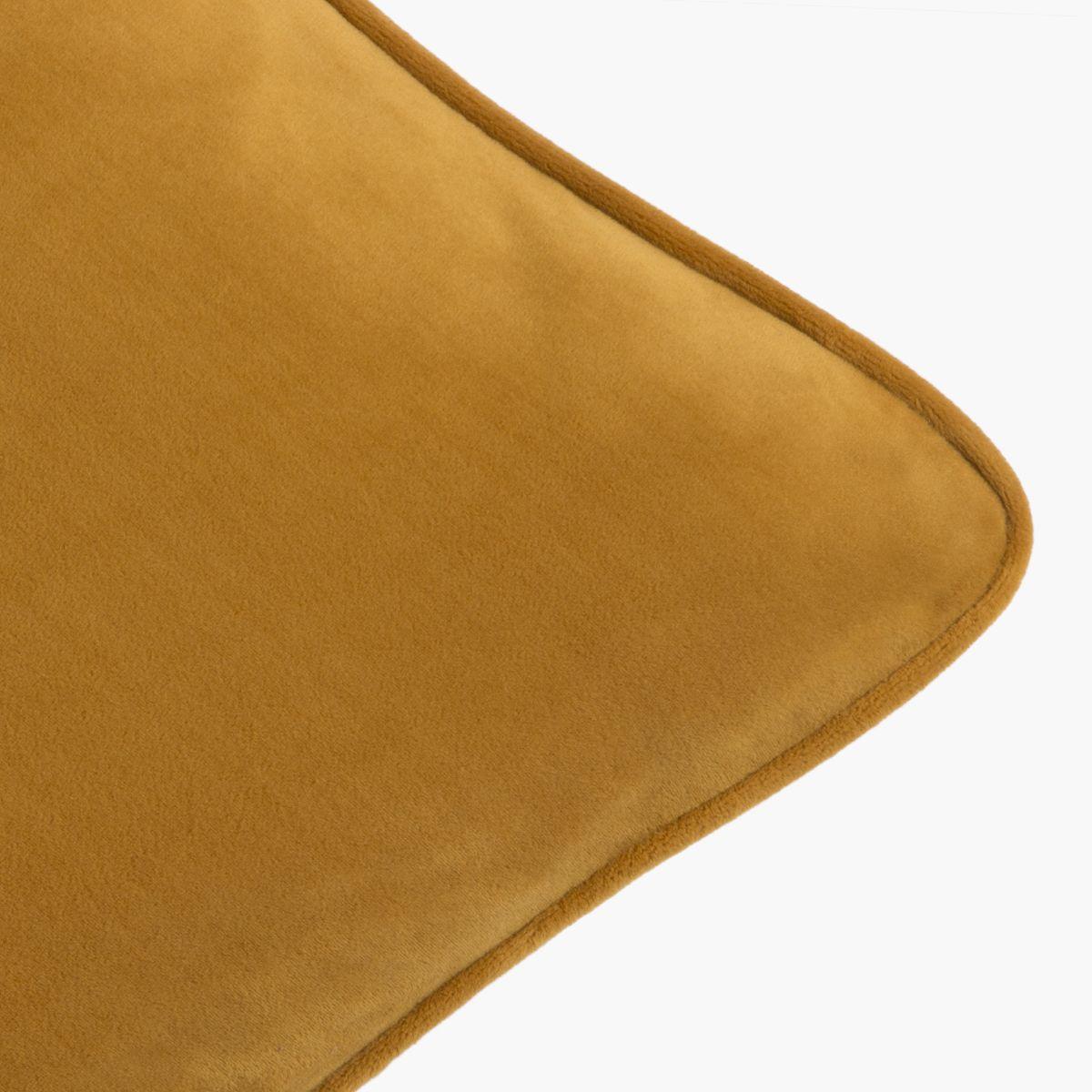 Cojí de terciopelo mostaza. Mustard velvet cushion.
