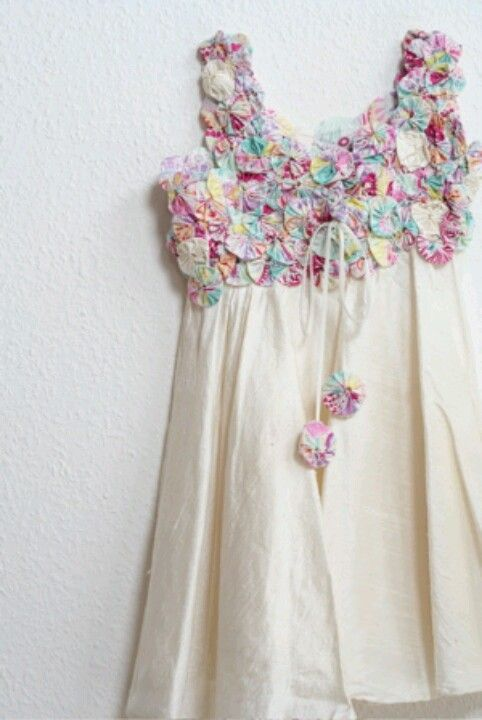 Yoyo dress :: no link. Sweet and yet sophisticated, too. | Quilt dress,  Sewing dresses, Diy clothes
