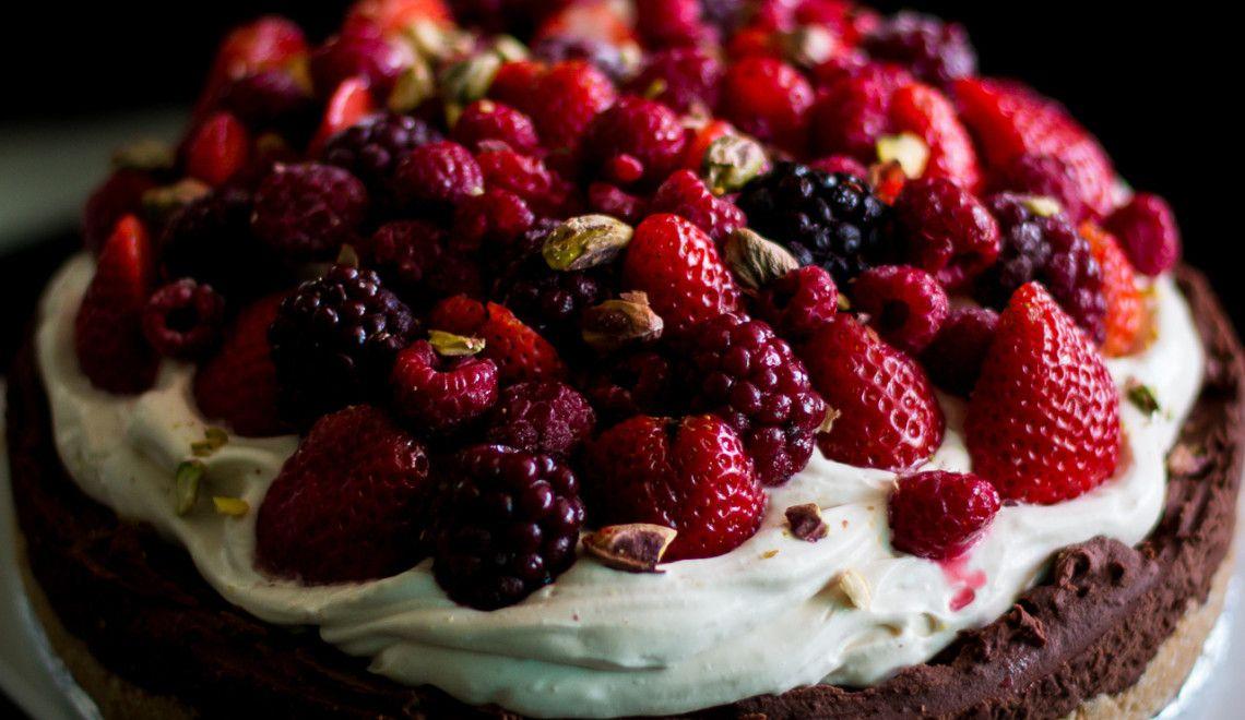 Torta de ganache, frutas vermelhas e pistache