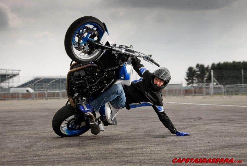 videos de pessoas empinando motos