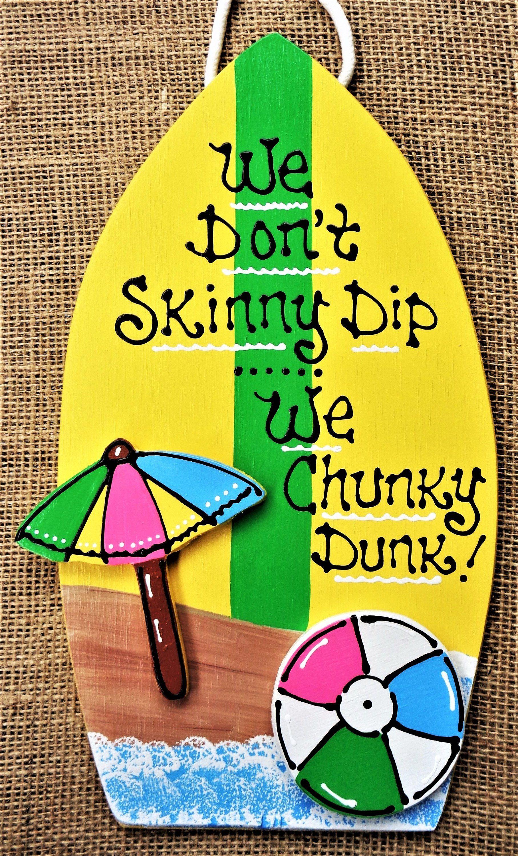 Photo of Skinny Dip Chunky Dunk SURFBOARD POOL SIGN Dekk Patio Bakgård Hage Tropisk Badestamp Plakett Håndlaget håndmalt tre Tredørhengere