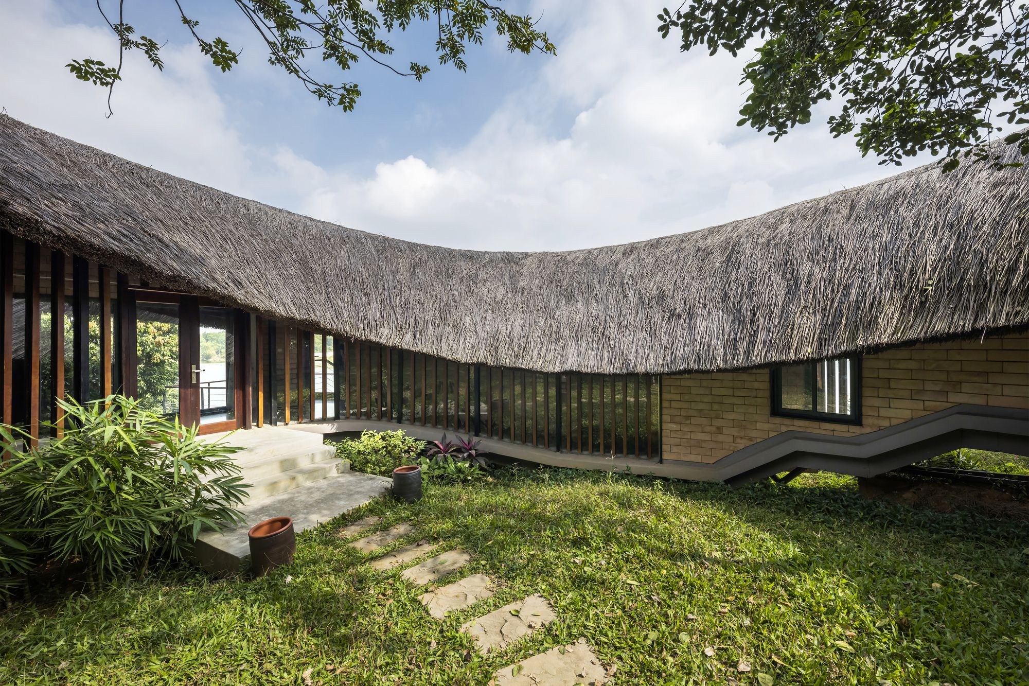 Mother S House 1 1 2 Architects In 2020 Architect Unusual Buildings Thatched Roof