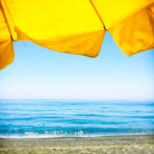 gelber regenschirm gelb und blau pinterest aqua. Black Bedroom Furniture Sets. Home Design Ideas