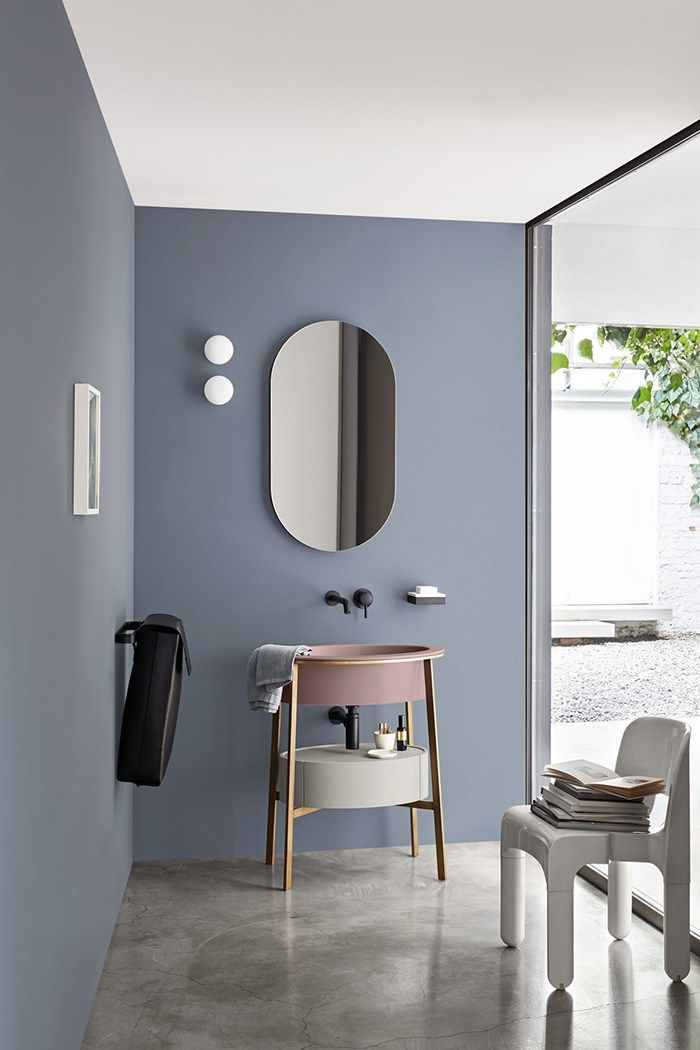 Salle de bains moderne, bleu gris au mur et lavabo vieux rose ...