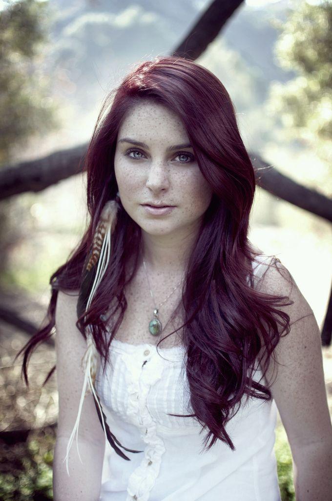 Vous rêvez d'une coloration violet foncé pour vos cheveux